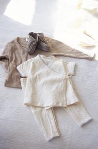 ベッドの上に置かれた洋服の写真素材 [FYI03233215]