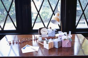 机の上のプレゼントの写真素材 [FYI03233235]