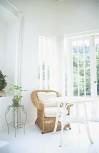 リビングの白いテーブルと籐のイスの写真素材 [FYI03233387]