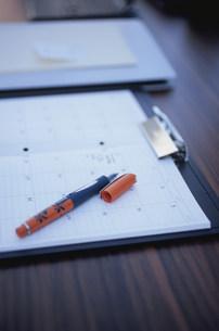 デスクのスケジュールノートの上のペンの写真素材 [FYI03233545]