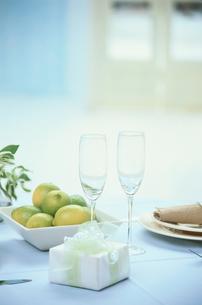 テーブルの上のプレゼントとシャンパングラスの写真素材 [FYI03233911]