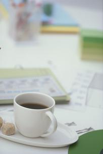 コーヒーカップとステーショナリーの写真素材 [FYI03233914]