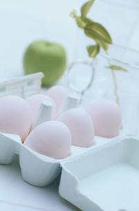 卵と卵のパックの写真素材 [FYI03233919]