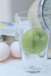 グラスに入った青リンゴの写真素材 [FYI03233921]