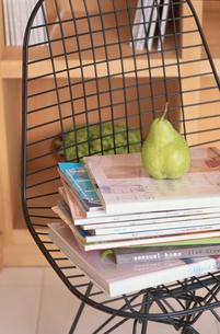 椅子の上に積んだ本の写真素材 [FYI03233928]