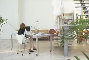 デスクに座る女性の写真素材 [FYI03233937]