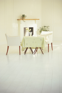 暖炉の前のテーブルと椅子2脚の写真素材 [FYI03233939]