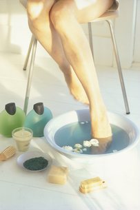 フットバスにつかる女性の足の写真素材 [FYI03233941]
