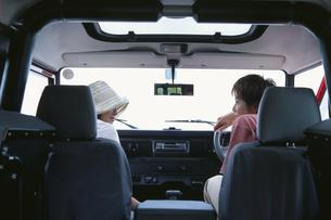 車の中のカップルの写真素材 [FYI03234091]