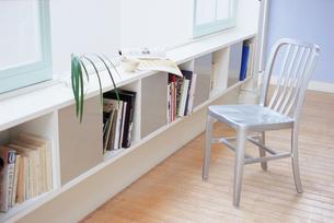窓辺の本棚とスチールの椅子の写真素材 [FYI03234120]