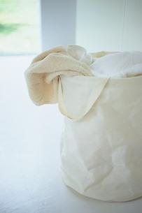 ランドリーバックに入った洗濯物の写真素材 [FYI03234132]
