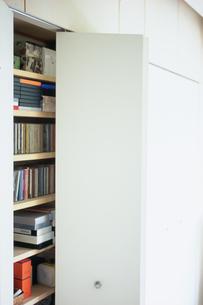 収納棚のCDとビデオの写真素材 [FYI03234144]
