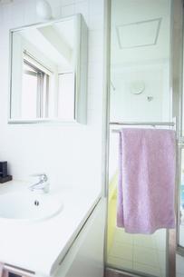 紫のタオルが掛かった洗面所の写真素材 [FYI03234147]