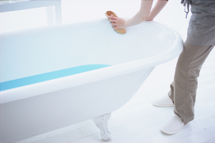 バスタブを掃除する女性の写真素材 [FYI03234157]