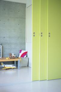 黄緑色の可動式の壁と子供部屋の写真素材 [FYI03234160]