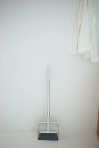 壁に立て掛けた箒と塵取りの写真素材 [FYI03234163]