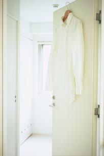 白いドアに掛けた白いシャツの写真素材 [FYI03234167]