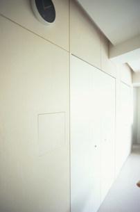 壁掛け時計のある壁の写真素材 [FYI03234178]