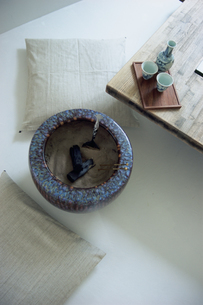 火鉢と日本酒セットの写真素材 [FYI03234206]