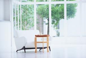 白いソファと木のテーブルの写真素材 [FYI03234217]
