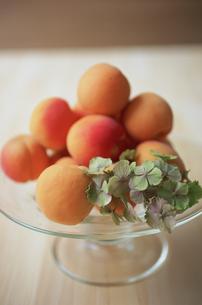 ガラスの器に盛られたフルーツとアジサイの写真素材 [FYI03234218]