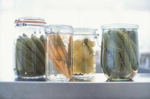 瓶詰めの野菜の写真素材 [FYI03235112]