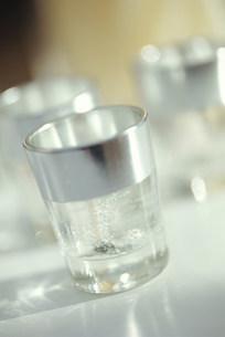 シルバーのグラスのキャンドルの写真素材 [FYI03235116]