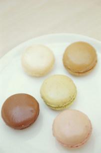 白いお皿にのったマカロン5つの写真素材 [FYI03235142]