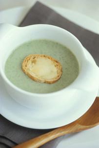 パンの入ったスープの写真素材 [FYI03235145]
