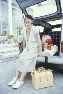 車に座って微笑む女性の写真素材 [FYI03235148]