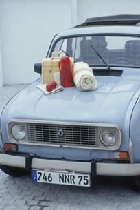車のボンネットに置かれたピクニックセットの写真素材 [FYI03235151]