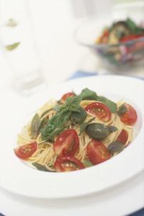 トマトとバジルとオリーブのパスタの写真素材 [FYI03235171]