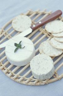 カマンベールチーズとクラッカーの写真素材 [FYI03235199]
