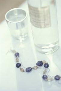 キャンドルと天然石のブレスレットの写真素材 [FYI03235204]
