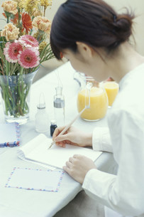 手紙を書く日本人女性の写真素材 [FYI03235265]