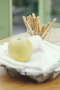 グリッシーニとナフキンにのせたリンゴの写真素材 [FYI03235286]