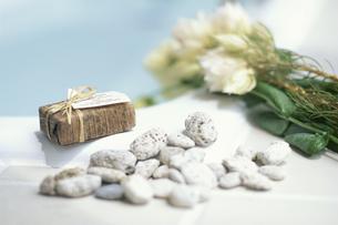 バス脇 オニソガラム・ラッピングしたソープ・石の写真素材 [FYI03235300]