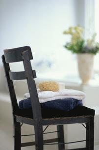 椅子の上にタオル2枚・スポンジ・ソープの写真素材 [FYI03235307]