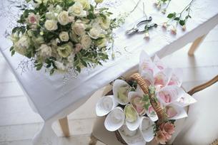 白バラ等の盛り花・下に花びら入りのバスケットの写真素材 [FYI03235311]
