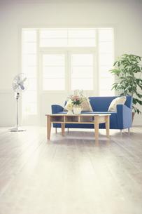 青いソファと扇風機のある部屋の写真素材 [FYI03235312]