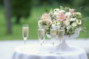 白バラ等の盛り花とシャンパングラスの写真素材 [FYI03235315]