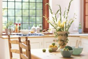 テーブルの上の花瓶にグラジオラス・イエローカラーの写真素材 [FYI03235329]