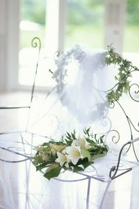 白ワイヤー長椅子にハートリースと白ユリ等の写真素材 [FYI03235330]