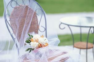 籐の椅子の上のブーケの写真素材 [FYI03235347]