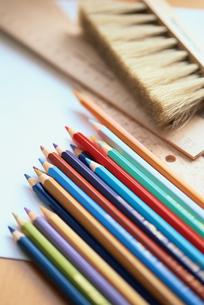 色鉛筆とハケの写真素材 [FYI03235384]
