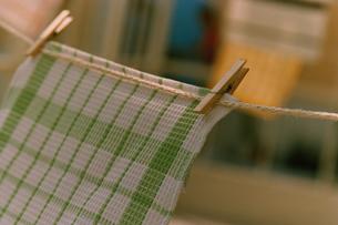洗濯紐に干したキッチンクロスの写真素材 [FYI03235594]