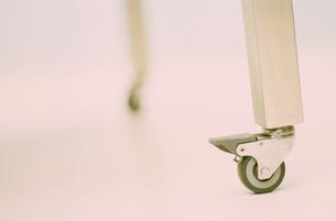 デスクの足のキャスターの写真素材 [FYI03235635]