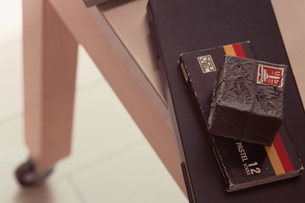 黒い箱とクレヨンの入った黒い箱の写真素材 [FYI03235695]