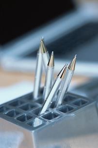 銀色のペンの写真素材 [FYI03235705]