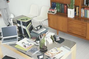 書類など色々な物が置かれた机の写真素材 [FYI03235713]